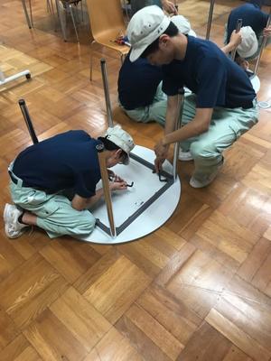 2年生産技術科の生徒が机の修理をしてくれました